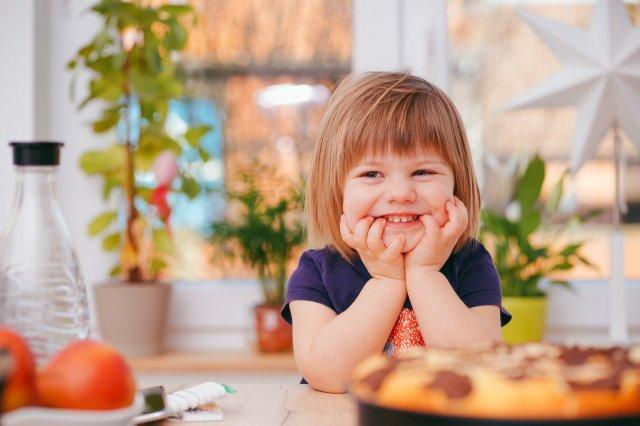 肘をつき微笑む女の子
