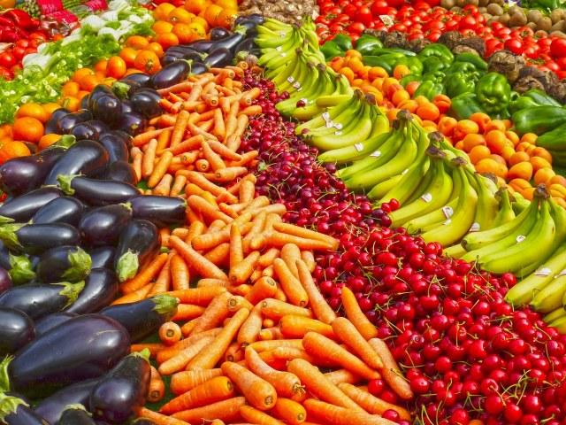 大量の野菜と果物