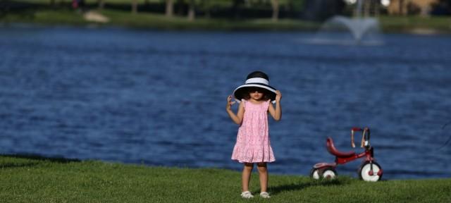 日焼けを気にして帽子を深くかぶる子