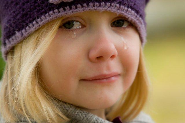 幼稚園へ行きたくないと静かに泣く女の子