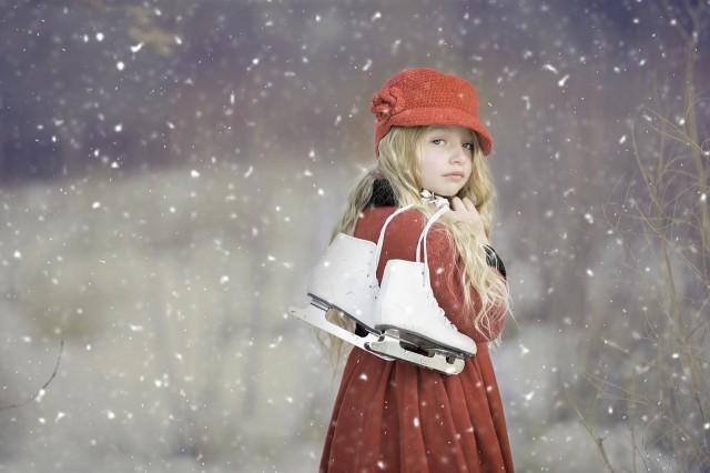 冬空の下寂しげに振り向く女の子