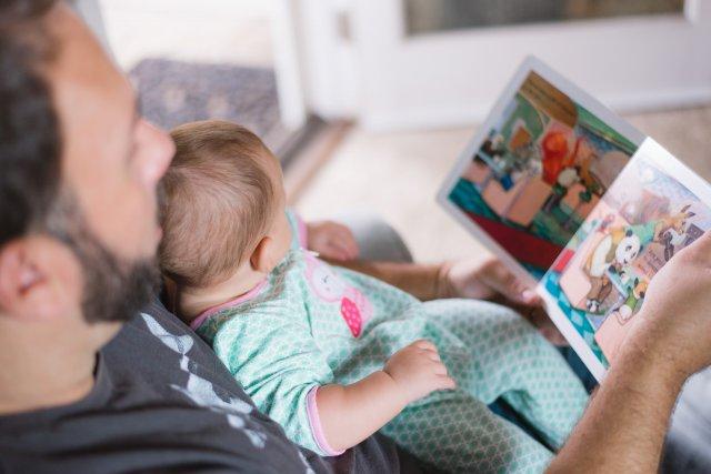 赤ちゃんと父が読書