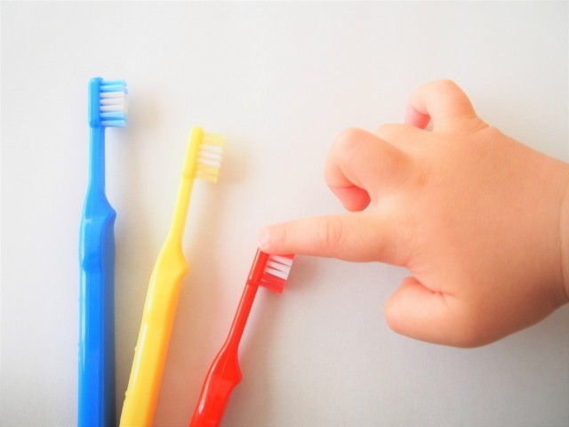 子供が歯ブラシを選ぶ