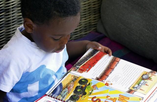 絵本を真剣に読む少年