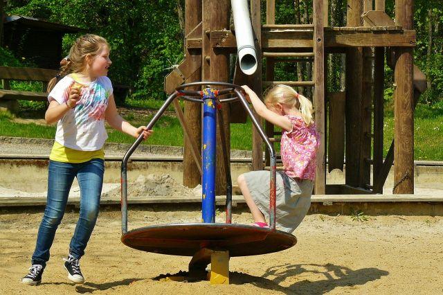公園で楽しく遊ぶ子供達